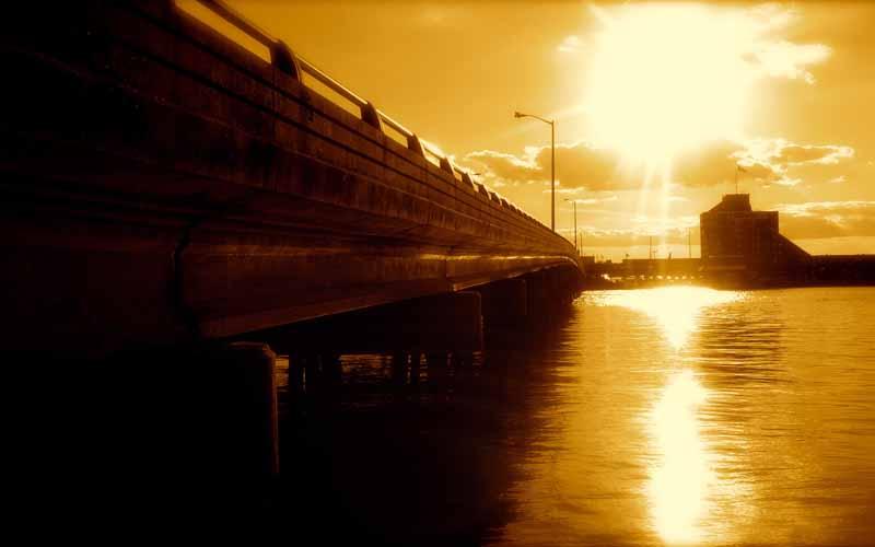 عکس نور خورشید و پل