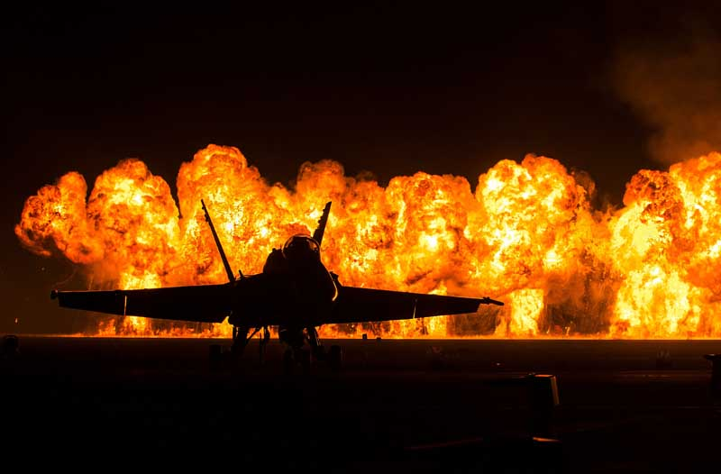 عکس باکیفیت اف 18 هورنت روی باند پرواز آتشین
