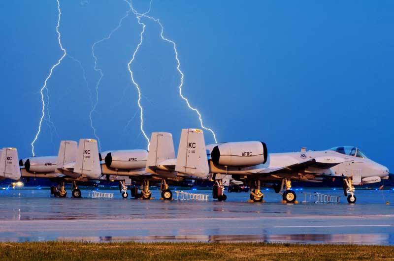 دانلود عکس هواپیماهای جنگی ای-۱۰ تاندربولت ۲ روی باند پرواز