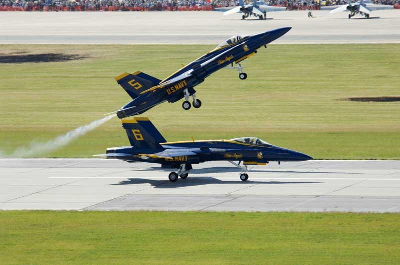 دانلود عکس گرافیکی جنگنده های اف 18 هورنت در نمایش هوایی