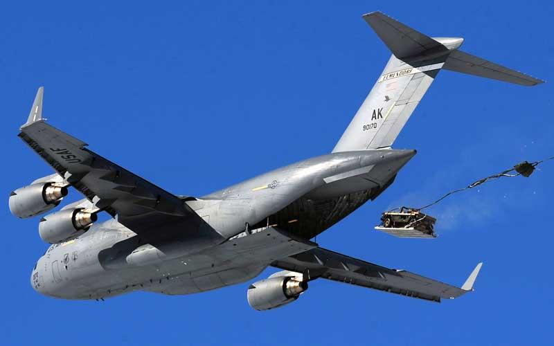 عکس بار ریزی از هواپیمای باری سی 17