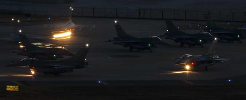 تصویر جنگنده های اف 16 فالکن روی باند پرواز