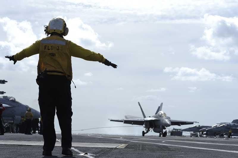دانلود تصویر جنگنده اف 18 هورنت روی ناو هواپیمابر