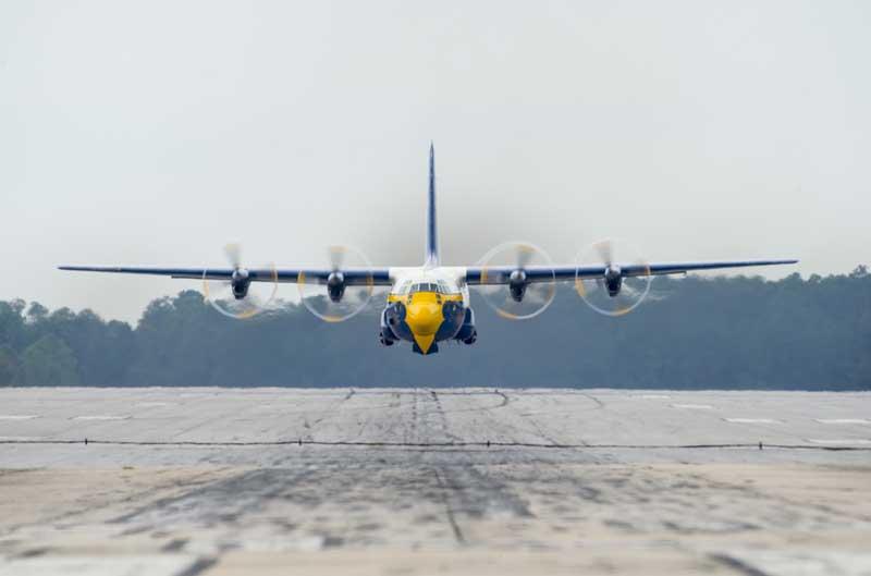 دانلود عکس فرود هواپیمای باری سی 130 فرشتگان آبی