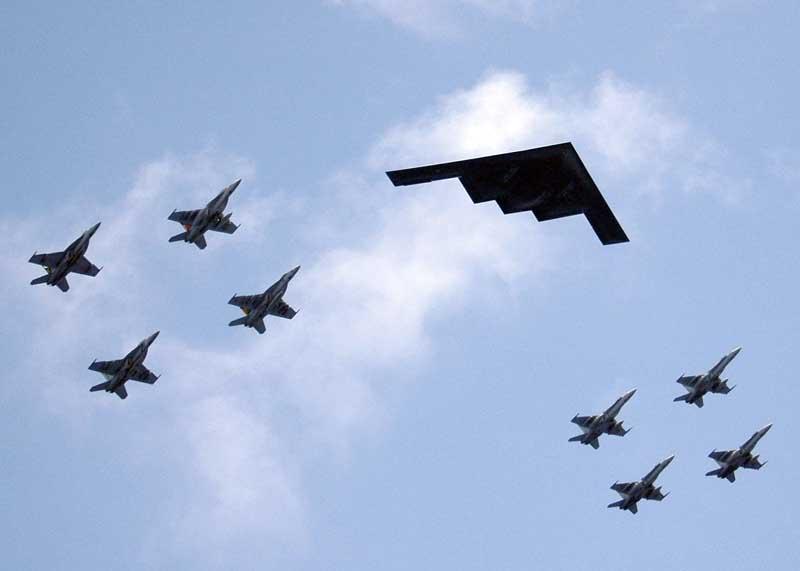 تصویر بمب افکن بی-۲ اسپیریت و جنگنده های اف 18 هورنت