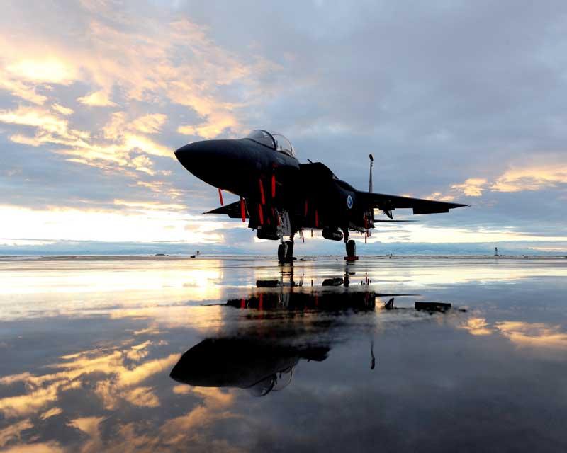 دانلود تصویر جنگنده اف 15 ایگل روی باند پرواز