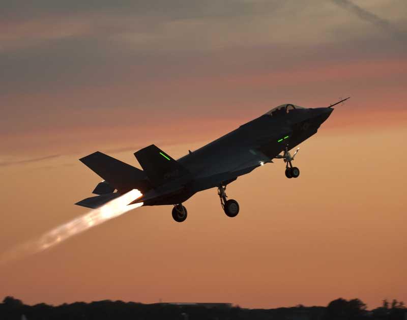 دانلود تصویر باکیفیت تیک آف جنگنده اف 35 لایتنینگ