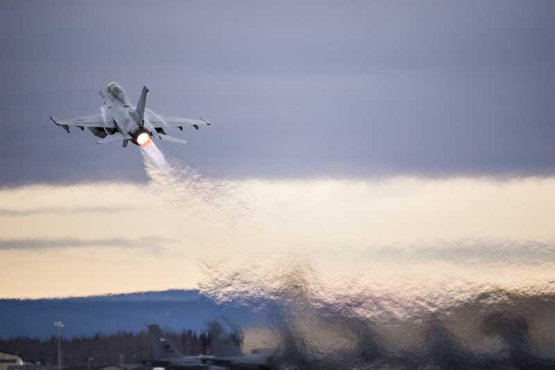 تصویر تیک آف جنگنده اف 16 فالکن