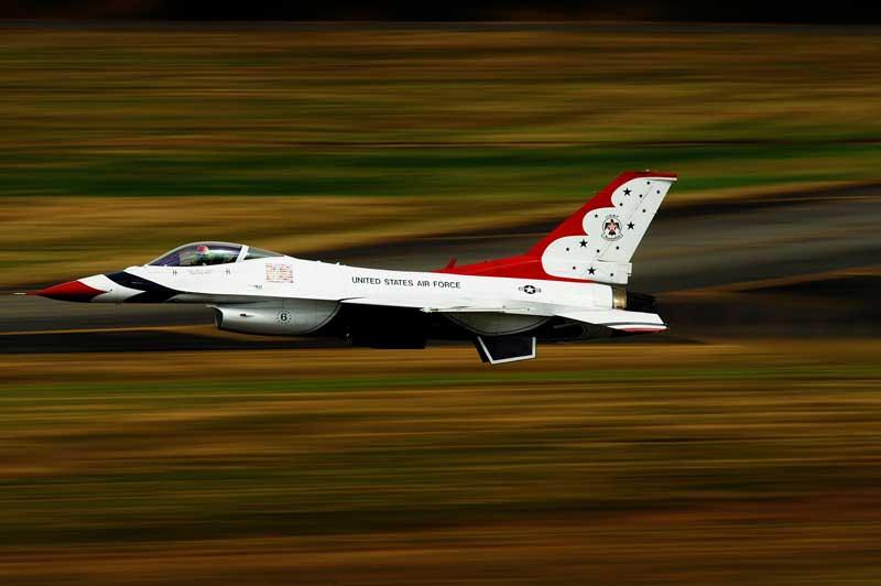 عکس با کیفیت نمایش هوایی جنگنده اف 16 فالکن