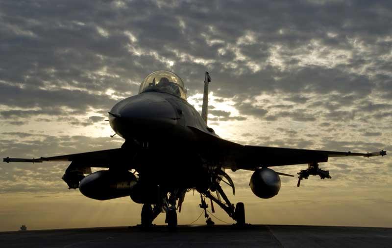 عکس جنگنده اف 16 فالکن روی باند پرواز