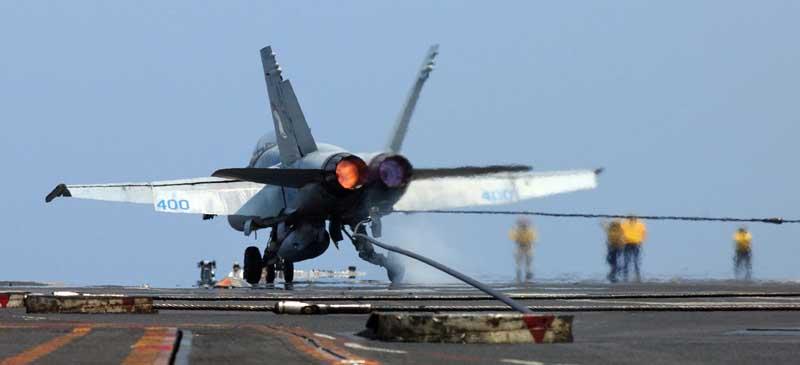 تصویر با کیفیت فرود جنگنده اف 18 هورنت روی ناو هواپیمابر