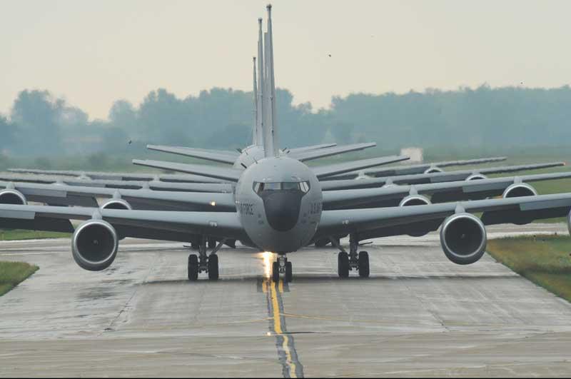 عکس هواپیماهای جاسوسی بوئینگ OC-135B روی باند پرواز