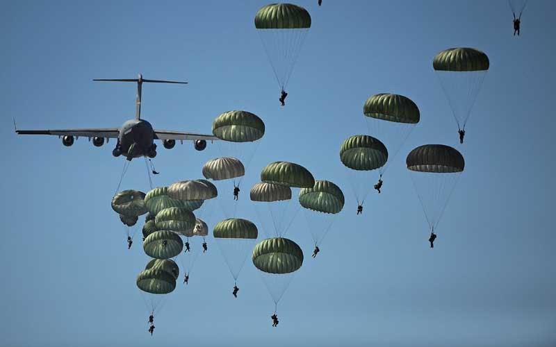 دانلود عکس عملیات چتربازی