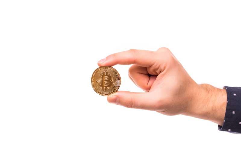 تصویر سکه بیت کوین در دست