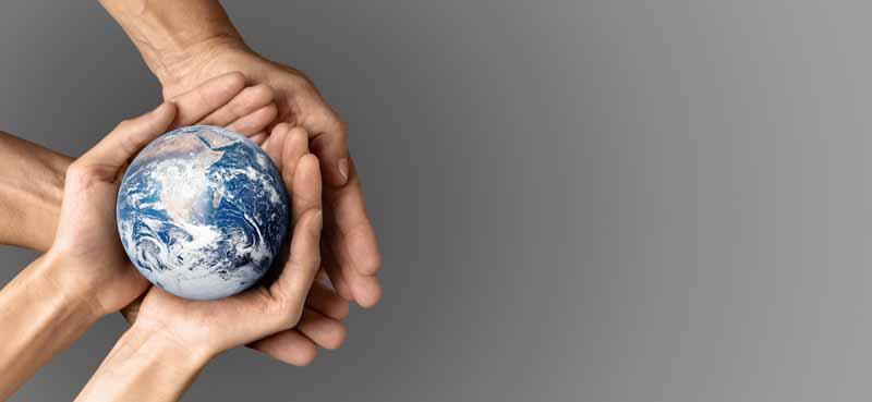 تصویر باکیفیت کره زمین در دست انسان ها