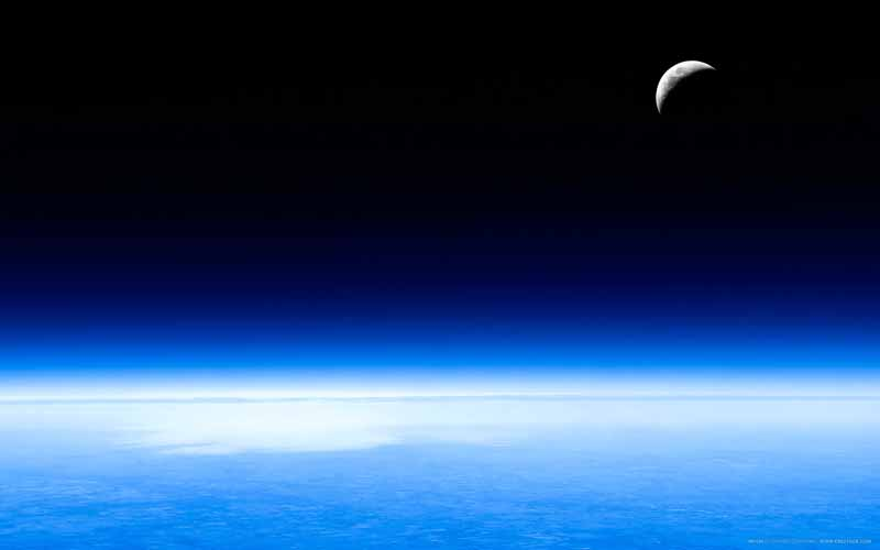 عکس باکیفیت هلال ماه در بالای اتمسفر زمین