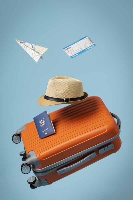 تصویر بلیط هواپیما و چمدان و پاسپورت